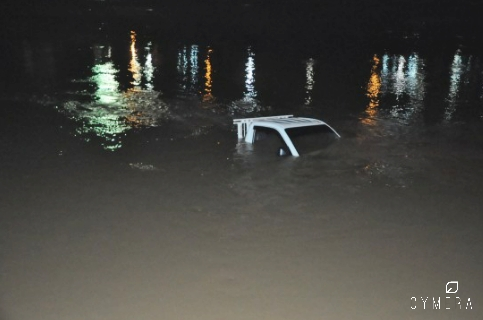 Caminhonete Hyundai cai no rio Acre durante desembarque de peças