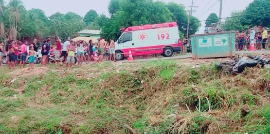 Motociclista morre após colisão em Cruzeiro do Sul; veículos caem em esgoto