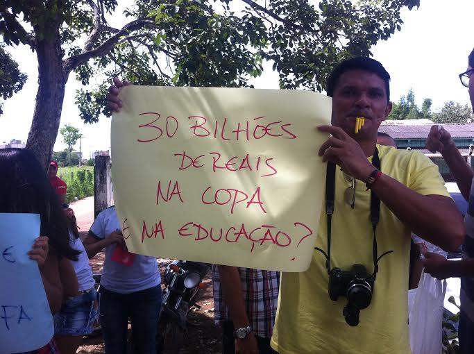Com apitos e cartazes estudantes fazem protestos contra gastos da Copa do Mundo 2014