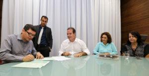 Tião Viana assinou a última etapa da desapropriação junto com o frei Charlei Leitão para que a propriedade passe para o Estado (Foto: Gleilson Miranda/Secom)